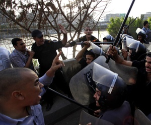 Egyptian riot police clash with protestors in Cairo