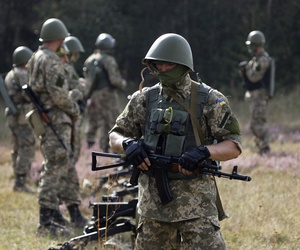 Ukrainian military soldiers take part in an exercise 150 km. away from Kiev, on September 11, 2014.