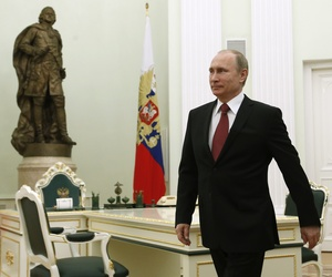 Russian President Vladimir Putin walks to meet visiting Italian Prime Minister Matteo Renzi in Moscow, Russia, Thursday, March 5, 2015.