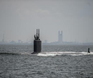 The Los Angeles-class attack submarine USS Columbus (SSN-762) pulls into port at Fleet Activities Yokosuka, May 8, 2014.
