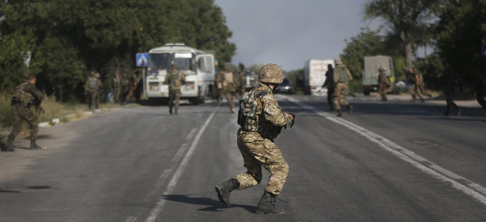 Ukranian soldiers take positions in the village of Bezimenne in southeastern Ukraine, on August 26, 2014.
