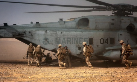 Marines with the 2nd Marine Air Wing extract the Marines after a simulation at the Marine Corps Air Ground Combat Center at Twentynine Palms, Calif., on August 14, 2013.