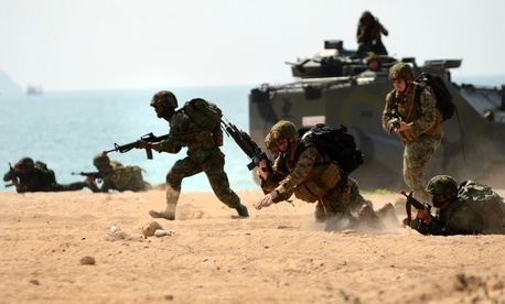 A group of Marines and Royal Thai Marines train during the 2011 Cobra Gold exercises.