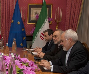 US Secretary of State John Kerry, left, holds a negotiation meeting with Iran's Foreign Minister Javad Zarif, seated opposite, over Iran's nuclear program, in Lausanne, Switzerland, March 19, 2015.
