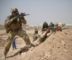 Iraqi soldiers train with the U.S. Army's 82nd Airborne Division at Camp Taji, Iraq, April 16, 2015