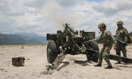 Philippine marines fire the 105 mm howitzer M3 at simulated hostile threats April 26, during Exercise Balikatan 2015 at Crow Valley, Philippines.