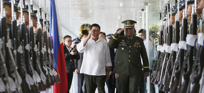 Philippine President Rodrigo Duterte, salutes with Armed Forces Chief Gen. Ricardo Visaya before boarding his Pasay city flight to Japan, Oct. 25, 2016.