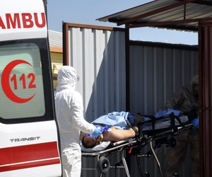 Turkish experts evacuate a victim of a suspected chemical weapons attacks in the Syrian city of Idlib, at a local hospital in Reyhanli, Turkey, Tuesday, April 4, 2017.