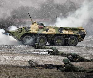 A Russian regiment of rapid deployment forces, with supporting fire of BTR-80, at a 2015 exercise.