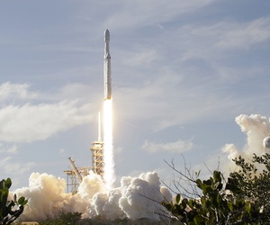A Falcon 9 SpaceX heavy rocket lifts off from pad 39A at the Kennedy Space Center in Cape Canaveral, Fla., Tuesday, Feb. 6, 2018.